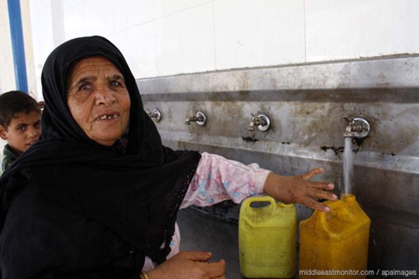 palestinian-lady-filling-a-water-bottle-in-gaza